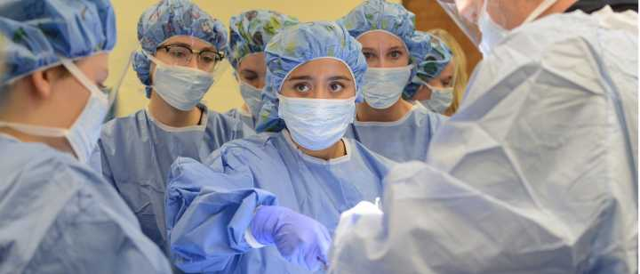 Students in operating room with Dr. Ringnes